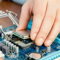 dans l'électronique, la rémunération brute atteint 4022euros par mois.