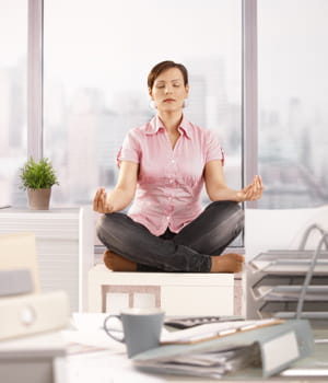 pratiquer le yoga en entreprise en finir avec les douleurs au bureau jdn. Black Bedroom Furniture Sets. Home Design Ideas