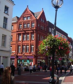 grafton street, l'une des rues piétonnes les plus fréquentées de dublin.