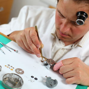 Horloger bijoutier 54 200 euros brut par an artisans commer ants combien gagnent ils - 200 euros en livres ...