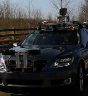 un laser est disposé sur le toit pour permettre à la voiture de scanner les