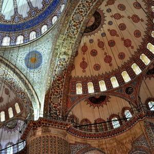 le plafond de la mosquée bleue à istanbul.