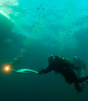 la flamme olympique dans les eaux du lac baïkal, le 23 novembre 2013.