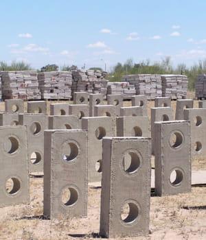 les briques en ciment et cellulose betr-blok pèsent à peine 8 kilos et