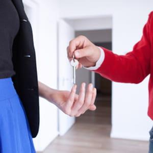 le salaire brut mensuel moyen d'un agent immobilier est en baisse sur un
