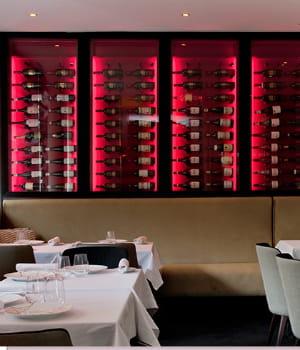 chaque jour, il vino sert près de 100 repas dans son établissement parisien.