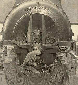 un ouvrier dans une centrale électrique en 1924.