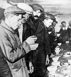 soupe populaire pour chômeurs à new york après la crise de 1929.