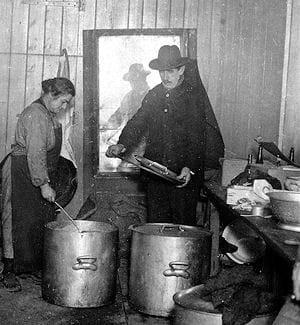 soupe populaire pour chômeurs à ivry, en 1934.