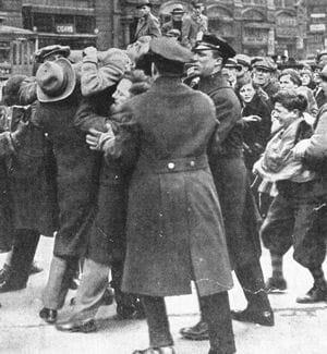 répression des manifestations contre le chômage. new york, 6 mars 1930.
