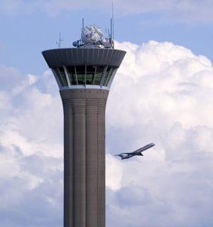 la tour de contrôle de l'aéroport de roissy.