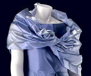 ce tissu apparaît naturellement coloré alors qu'il ne contient aucune teinture.