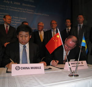 les dirigeants de china mobil et ericsson signent un accord.