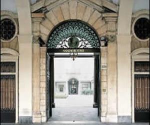 l'entrée du siège d'intesa sanpaolo à turin.
