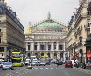 l'opéra garnier, dans le 9e arrondissement.