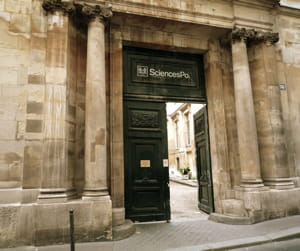 l'entrée de l'iep de paris, rue des saints-pères, à paris.