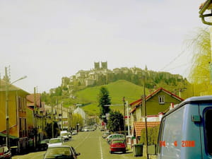 une vue de la ville de saint-flour, dans le cantal.