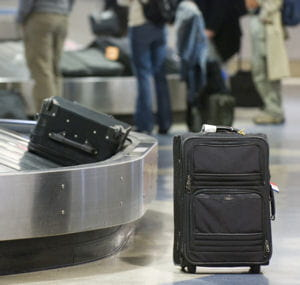 la valise est à roulette pour une facilité de transport.