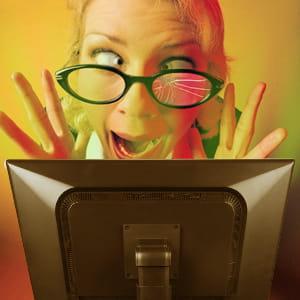 regarder un écran pendant des heures peut provoquer de la fatigue visuelle.