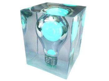 cette lampe phosphorescente a plus d'un tour dans sa poche