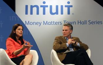 le ceo d'intuit, brad smith,aux côtés d'une spécialiste des finances,farnoosh