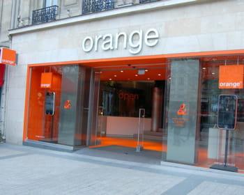 la boutique orange sur les champs-elysées, à paris.