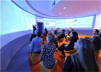 salle de mise en situation avec écran à 360°.