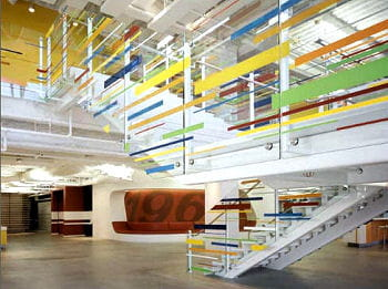 l'escalier central illumine le siège d'edmunds.com, en californie, aménagé par