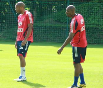 thierry henry et nicolas anelka, deux des joueurs français les mieux rémunérés.