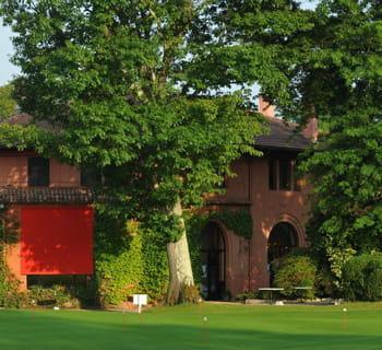 le golf appartient à la famille lacoste.
