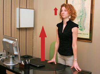 pour relâcher les muscles des épaules, il fauts'appuyer sur le bureau.