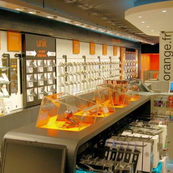 la boutique orange des champs-elysées.