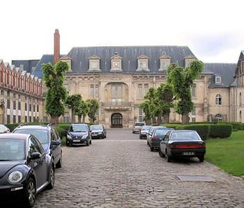 la cour du château de villers-cotterêts.