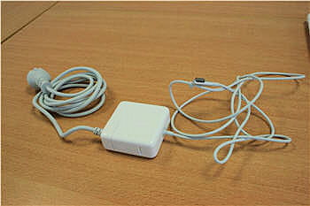 le chargeur si particulier du macbook blanc unibody.
