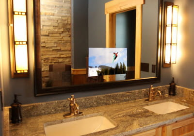 Une t l vision incrust e dans le miroir de salle de bains for Tv miroir salle de bain