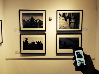 smartbeacon disposé sur un mur de la galerie sakura, à paris