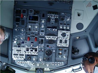 panneau de contrôle situé au dessus des pilotes
