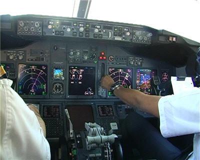 le copilote vient de sortir le train d'atterrissage