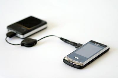 mobile connecté à une unité d'énergie de secours