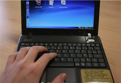 les touches du clavier ne sont pas trop étroites, même pour des grandes mains