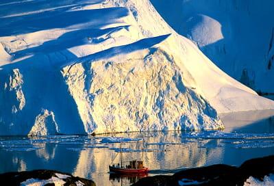 un bateau de touristes venus admirer le glacier d'illulisat, devenu le symbole