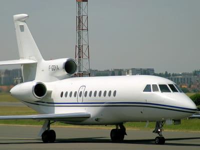 c'est via sa holding artemis que le milliardaire possède ce falcon 900 ex,