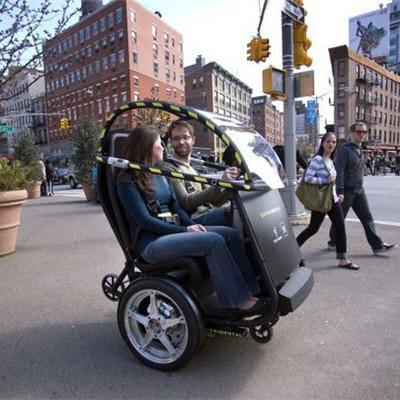 ce véhicule au look de fauteuil roulant permet de faire monter 2 personnes à son