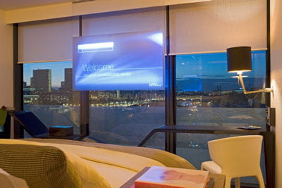la chambre avec l'écran qui semble flotter dans les airs.