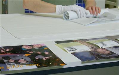 les tirages grands formats sur papier argentique sont roulés à la main et
