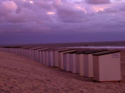 une plage hollandaise, à la tombée du jour.