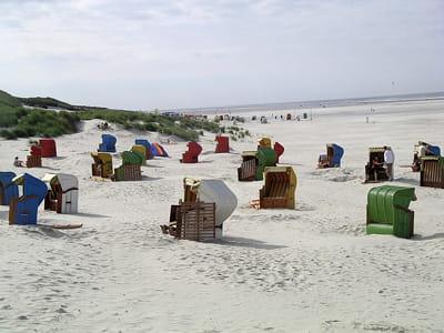 une plage allemande avec ses fameux transats avec toit.