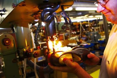 dans l'usine anglaise de dr martens.