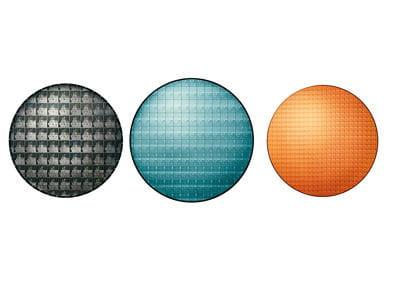 de gauche à droite, un wafer de intel itanium, de intel xeon et de intel pentium