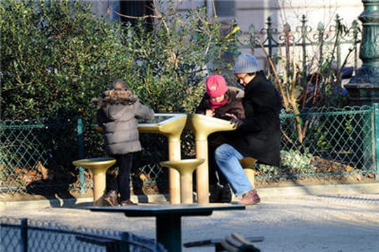JCDecaux installe une table de jeu digitale dans un jardin parisien